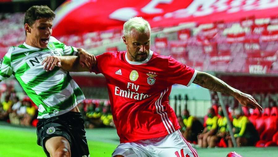 Eduardo Quaresma e Seferovic no último Benfica-Sporting, o primeiro com bancadas vazias