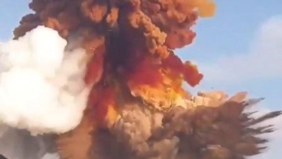As imagens arrepiantes das explosões em Beirute captadas do mar