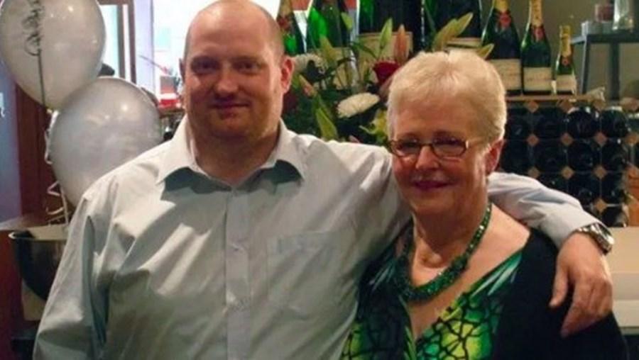 Scott com a mãe, que morreu devido ao novo coronavírus
