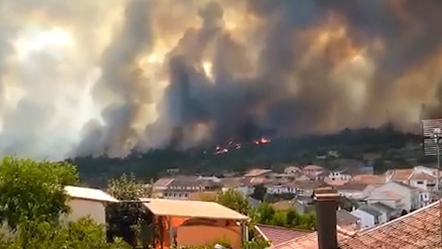 Imagens mostram chamas que obrigaram ao corte da A4 em Mirandela