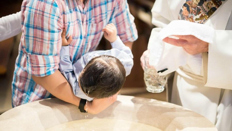 """Celebração do batismo deve ser realizada com a fórmula """"Eu te batizo em nome do Pai e do Filho e do Espírito Santo"""""""