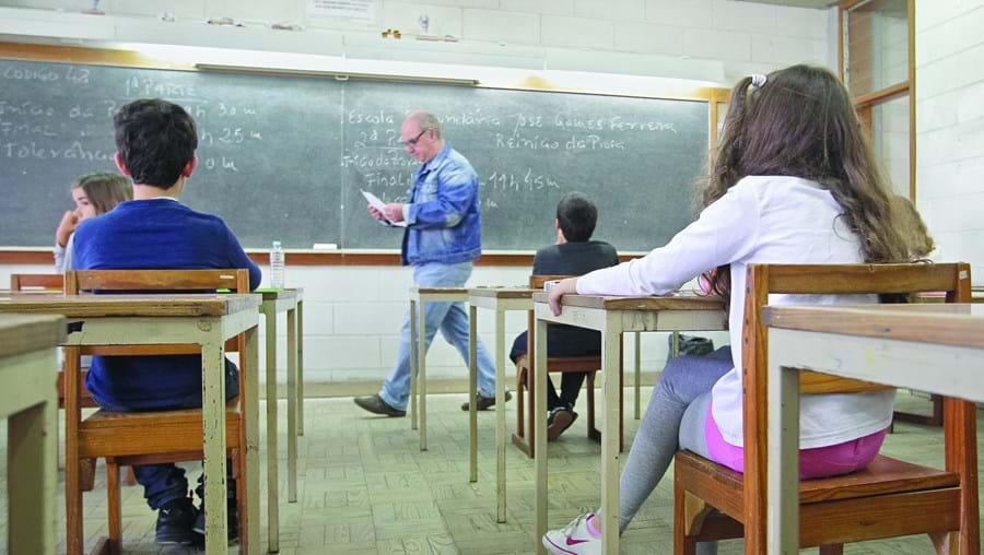 O ano letivo começa a 14 de setembro e o ensino presencial vai ser a preferência, obrigando as escolas a adotar medidas para evitar aglomerado de alunos