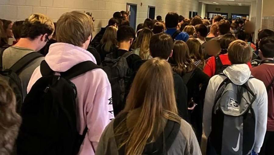 Hannah tirou fotografia que mostra multidão nos corredores da escola