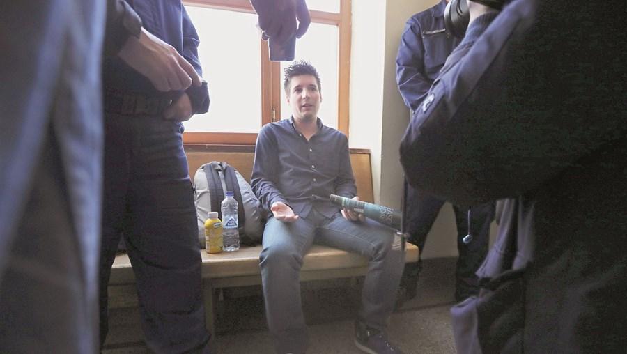 Rui Pinto foi preso na Hungria e extraditado para Portugal. Liberdade chega agora. Irá para casa protegida