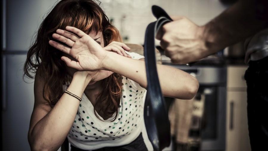 Mulher viveu três décadas de terror devido aos ciúmes doentios por parte do ex-marido
