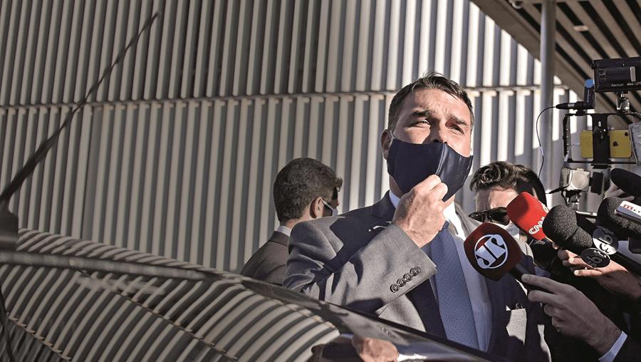 Flávio Bolsonaro está na mira das autoridades brasileiras. As suspeitas de ilegalidades acumulam-se