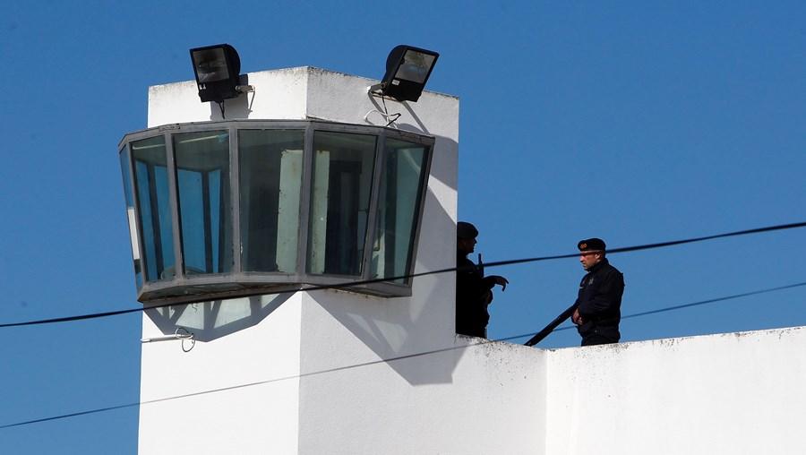 Guardas da cadeia de Caxias deram pelo esquema, que é investigado pela PJ