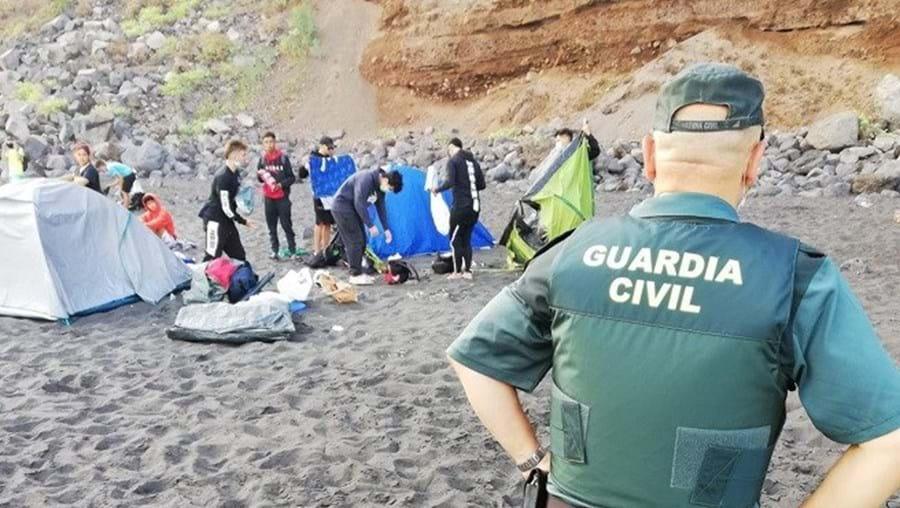 Grupo junta-se em acampamento na praia para propagar a Covid-19