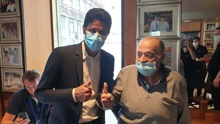 Nasser Al-Khelaïfi, líder do PSG, foi fotografado ao lado do Chefe Evaristo