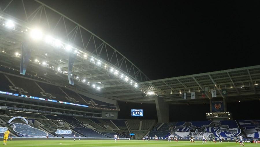 Estádios vazios sem público