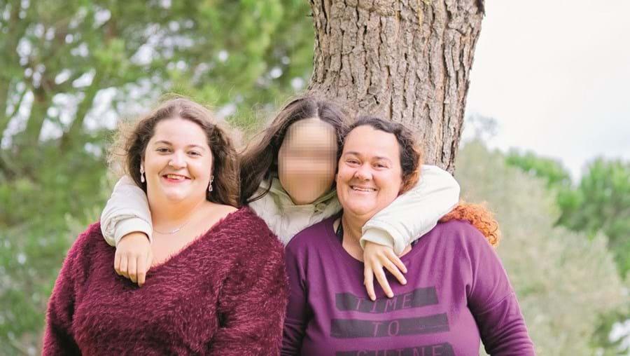 Vânia Graúdo (à esq.) com as duas filhas. A grávida morreu a 3 de agosto