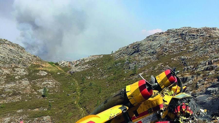 Canadair destruído após despenhar-se em encosta íngreme