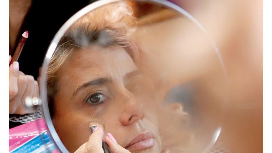 Mónica Sintra continua a maquilhar-se todos os dias para se sentar à frente do computador e gerir a sua loja de roupa online, uma alternativa que encontrou enquanto tem a vida artística parada