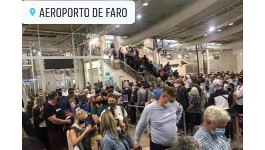 Turistas aglomeram-se na 'zona de inverno' do aeroporto de Faro