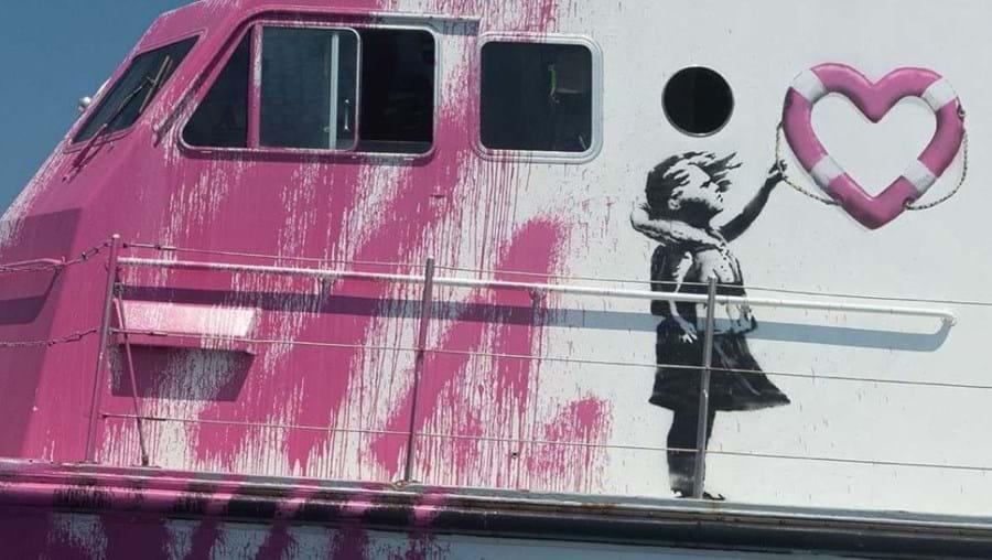 Artista britânico Banksy financia navio para resgates no Mediterrâneo