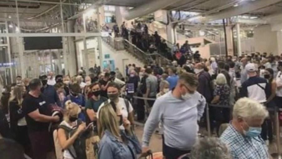 Falta de recursos do SEF causou a acumulação de passageiros no Aeroporto de Faro
