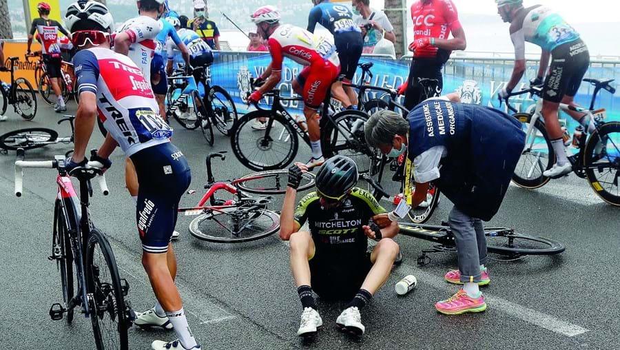 Mau tempo e chuva em Nice deixaram mossa no pelotão do Tour, provocando várias quedas