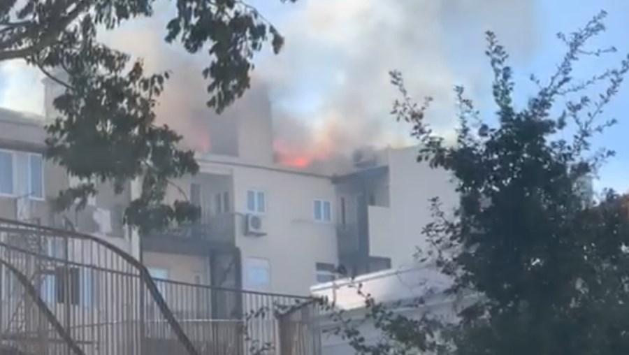 Incêndio deflagra em cobertura de prédio em Lisboa.