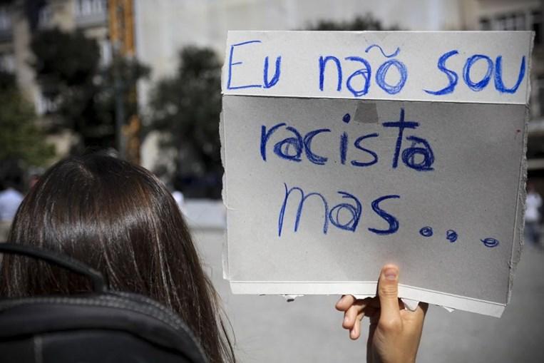 'Negar o racismo é racismo': Mais de 200 pessoas prestam homenagem ao ator Bruno Candé nos Aliados