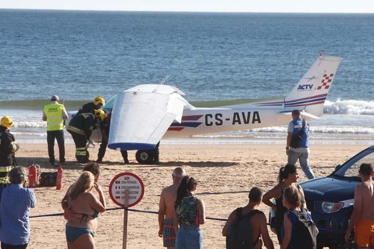 Avioneta aterrou na praia de São João, na Caparica