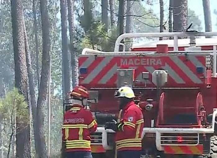 Cinco meios aéreos e mais de 100 bombeiros combatem incêndio em Leiria
