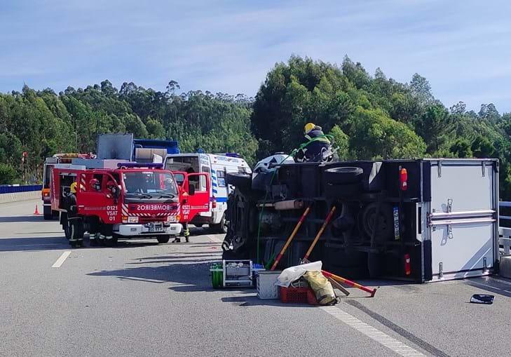Colisão entre carrinha e camião faz um ferido na A32 em Santa Maria da Feira