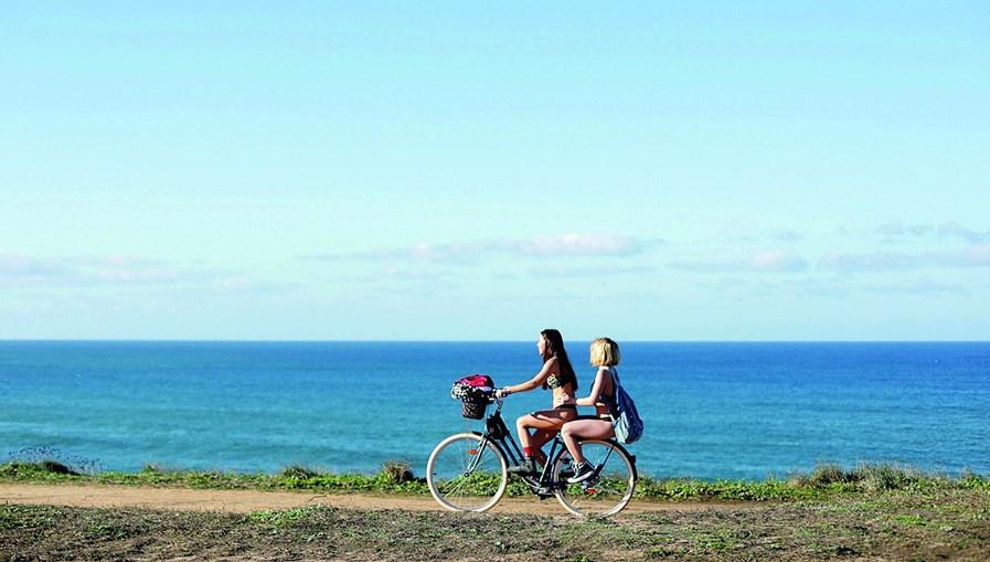 Laura Dutra e Bruna Quintas protagonizam 'Impossibilidade de Estar Só'
