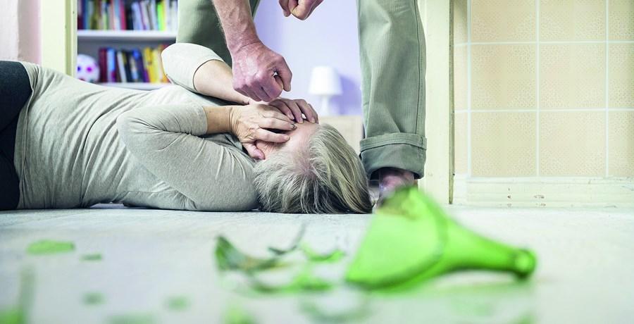 Mulher idosa era agredida na sua casa sempre que recusava dar dinheiro à filha de 46 anos