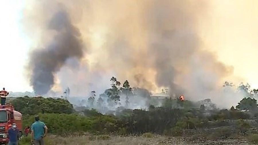 Mais de 150 bombeiros combatem incêndio no parque natural em Porto de Mós