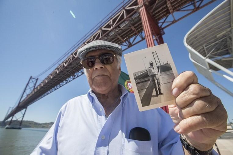 Antigo membro da Cruz Vermelha que estava de serviço na inauguração da ponte 25 de Abril posa junto à doca de Sto Amaro com uma foto dele próprio na ponte no dia da inauguração