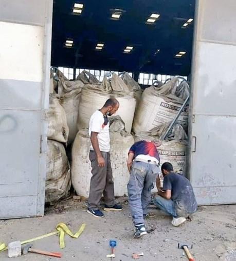 Foram divulgadas imagens que mostram os bombeiros a tentarem entrar no armazém antes da explosão. Ao lado, o nitrato de amónio ali armazenado