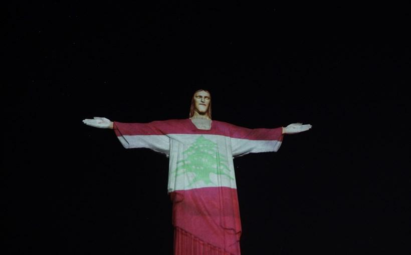 Cristo Redentor veste a bandeira do Líbano em homenagem às vítimas das explosões em Beirute