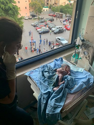 George nasceu no hospital destruído pelas explosões