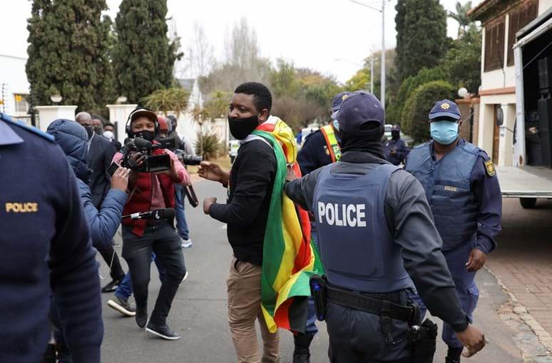 Polícia sul-africana dispersa manifestantes junto à embaixada do Zimbabué
