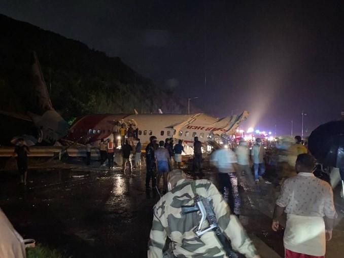 Avião com 191 passageiros a bordo despenha-se na Índia