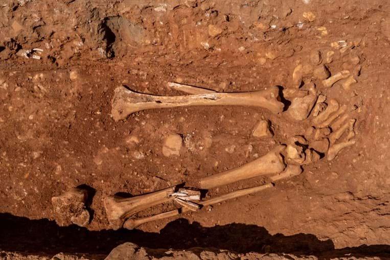 Uma das sepulturas encontradas nas escavações