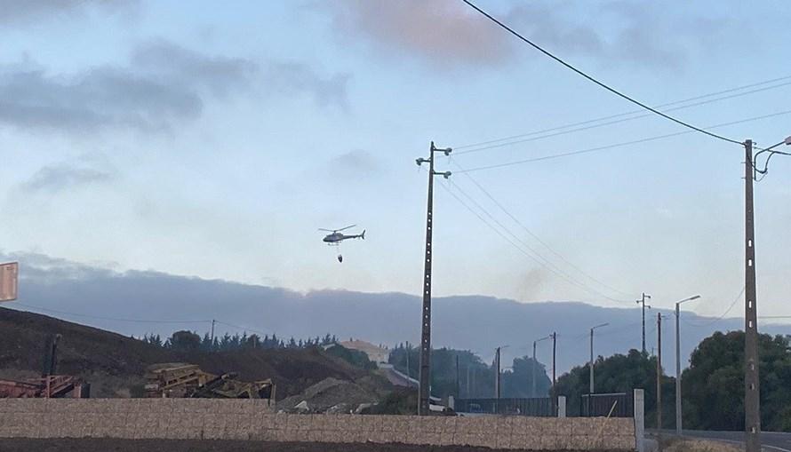 Mais de 110 bombeiros e dois meios aéreos combatem incêndio perto de casas em Sintra
