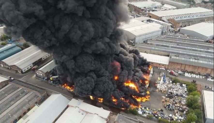 Violento incêndio consome fábrica de plásticos em Birmingham no Reino Unido