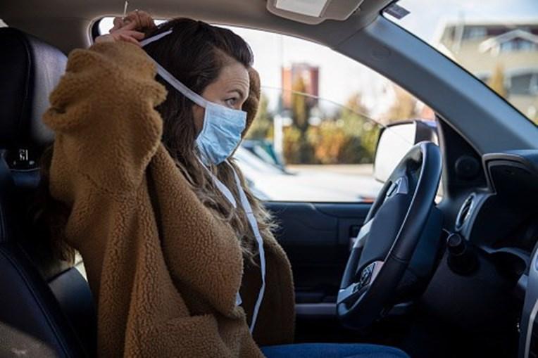 Mulher coloca máscara de proteção da covid-19