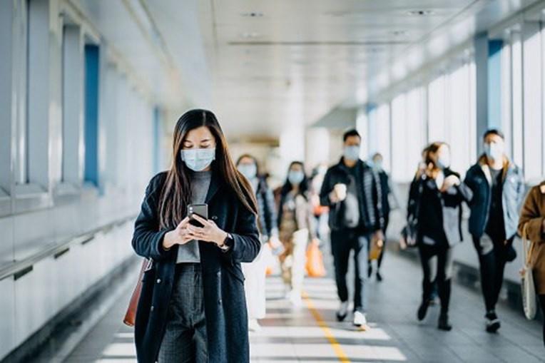 Pessoas com máscara de proteção da covid-19
