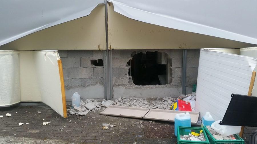 Assaltantes fazem buraco na parede para roubar cofre em supermercado de Gaia
