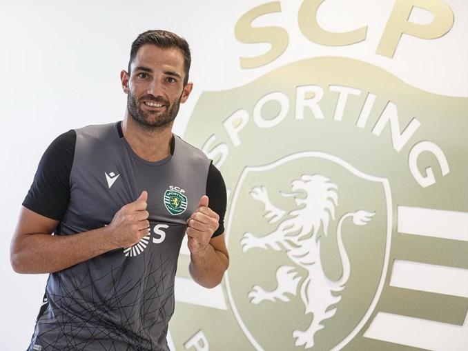 Adán foi formado no Real Madrid, esteve várias épocas ao serviço do Bétis e teve uma passagem, curta, pelos  italianos  do Cagliari