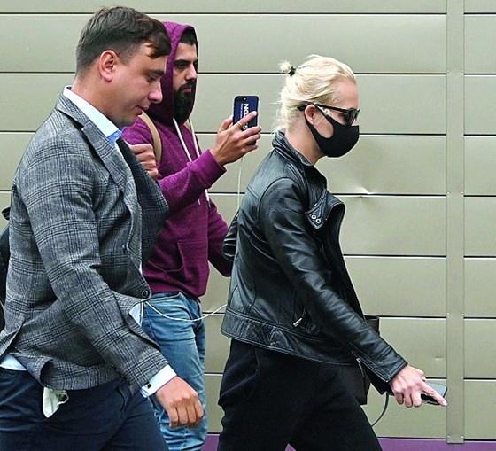 A mulher de Navalny, Yulia, à chegada ao hospital de Omsk