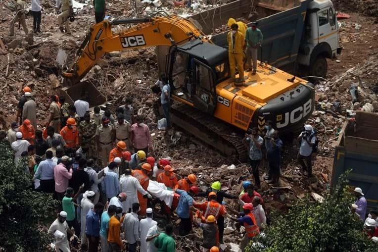 Pelo menos 11 mortos e até 60 desaparecidos em desabamento de prédio na Índia