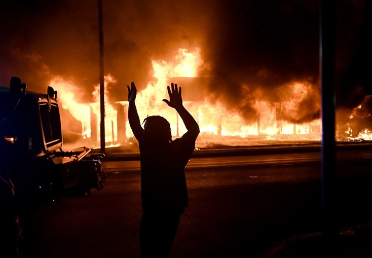 Manifestantes incendiaram dezenas de edifícios e viaturas na cidade de Kenosha