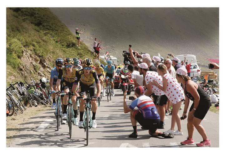 A festa do ciclismo será muito mais contida, nomeadamente na alta montanha, onde em condições normais haverá um maior controlo das autoridades policiais sobre os amantes da modalidade