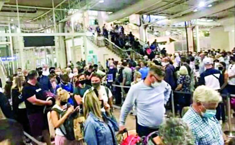 Caos instalou-se no Aeroporto de Faro quando 800 turistas britânicos ficaram bloqueados no controlo de passaportes