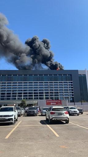 Incêndio em hospital no Brasil obriga à retirada de dezenas de pacientes