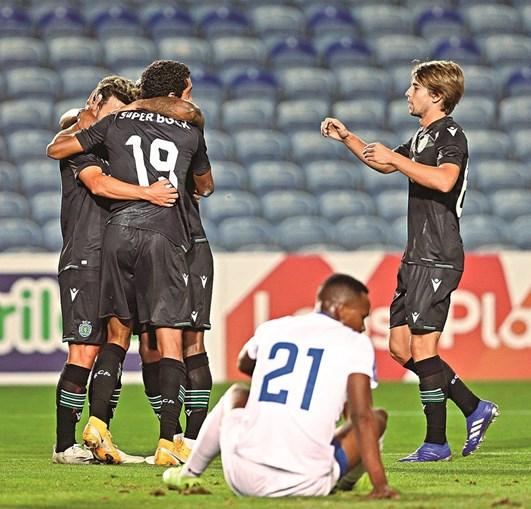 Sportinguistas celebram golo na vitória ante o Belenenses SAD no último jogo de preparação no Algarve