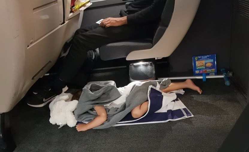 Imagens de crianças a dormir no chão dos comboios